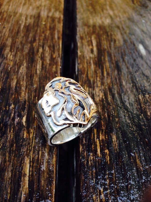 Lejonring i silver med rött guld